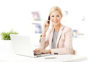 affärskvinna med laptop foto