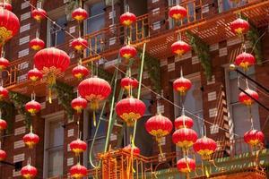 röda lyktor som hänger i chinatown foto