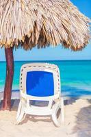 strandstol och paraply på stranden foto
