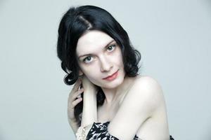 glamorös ung brunettkvinna med vacker hud och naturlig makeup