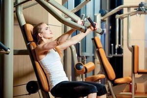 sport, fitness, livsstil och människor koncept - ung kvinna flexning foto