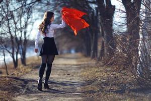 vårporträtt av en vacker flicka foto