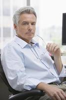 affärsman som sitter på kontoret foto
