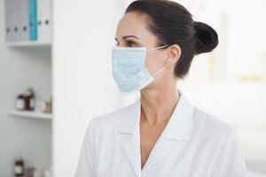läkare som bär en kirurgisk mask foto