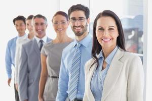 leende anställda i en rad foto