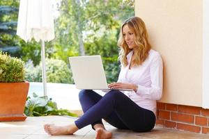 mogen affärskvinna med bärbar dator foto