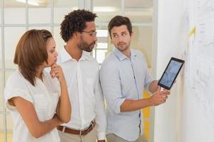 affärsmän som använder digital surfplatta i mötet foto