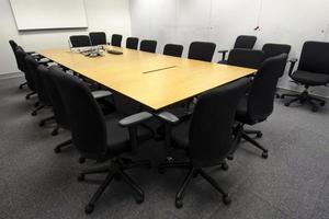 affärsmötesrum (stolar, papper, förberedelser) foto