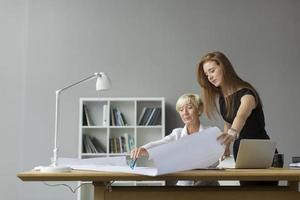 kvinnor som arbetar på kontoret foto