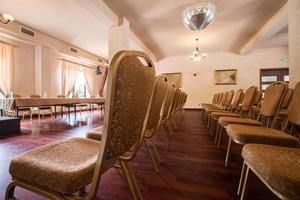 bruna stolar i seminariet foto