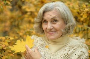 äldre kvinna gå foto