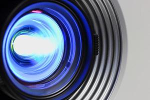 blå projektor nära foto