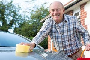 porträtt av äldre man tvätta bilen foto
