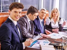 grupp affärsmän på kontoret foto