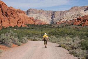 kvinna vandrar i snökanjon, Utah foto