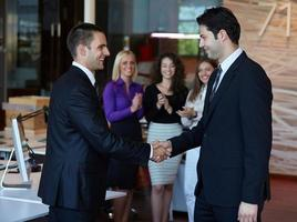 affärsfolk som skakar hand