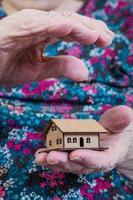 håller ett litet hus foto
