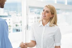 affärsmän som skakar hand på kontoret foto