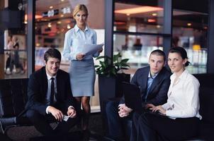 affärsmän grupp i ett möte på kontoret foto