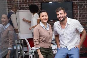 säkra unga affärsmän på kontoret