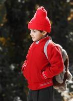 utomhus porträtt av lilla skolpojken foto