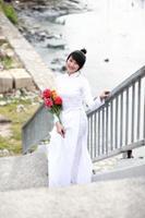 vietnamesisk ung flicka i vit traditionell klänning aodai