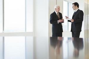utsikt över två affärsmän som diskuterar dokument på ett kontor. foto