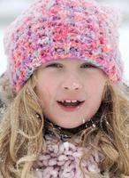 liten flicka i snölandskap. foto