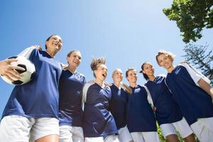 vackra fotbollsspelare som ler mot kameran foto