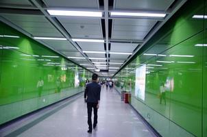 affärsfolk, gå i tunnelbanan.
