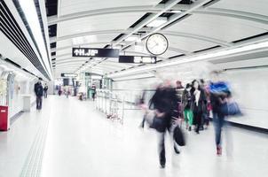 affärsmän folkmassor gå på tunnelbanestationen abstrakt suddig mo foto