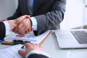 affärsfolk som skakar hand och avslutar ett möte