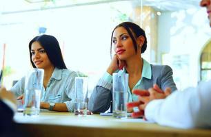 företagare som sitter vid bordet foto