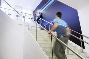 avslappnad affärsman som går uppför trappan foto