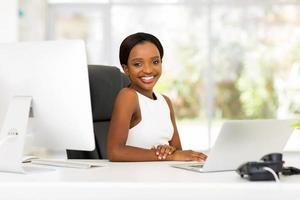ung kontorsarbetare som sitter på kontoret foto
