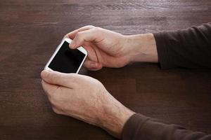 man använder mobiltelefonen smart telefon foto