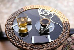 kopp te och kaffe och mobiltelefon foto