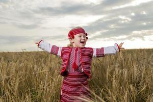 flicka i ukrainsk nationell dräkt