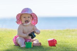 baby flicka på stranden foto