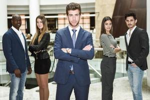 affärsman ledare med armar korsade i arbetsmiljö foto