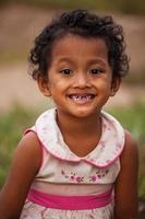 porträtt av leende asiatisk fattig flicka i Thailand foto