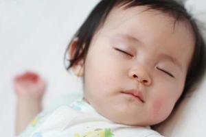 sovande japansk flicka foto