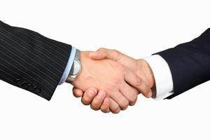 närbild av ett fast handskakning mellan två kollegor
