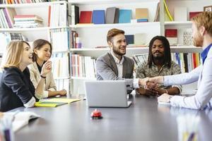 företagare skakar hand på kontoret foto
