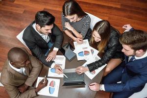 grupp multietniska upptagna människor som arbetar på ett kontor foto