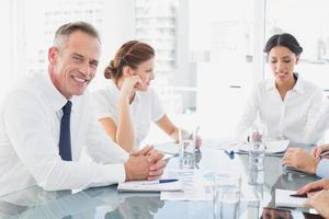 affärsman som ler i ett möte foto