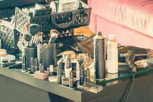 grupp av makeupartister som arbetar professionellt.
