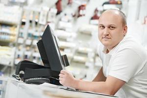 manlig butiksassistent hemförbättringsbutik foto
