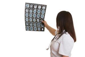 kvinnlig läkare med kattkaninspelning foto