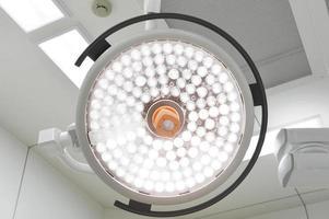 kirurgiska lampor i operationssalen foto
